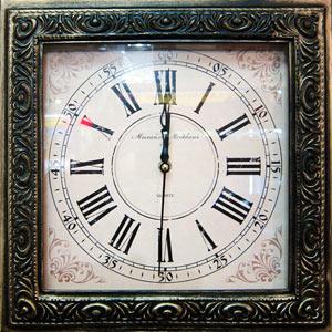 Часы с рамой, сделанной под старину