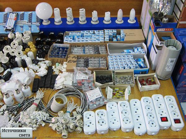 Витрина с лампами, колодками и электропатронами