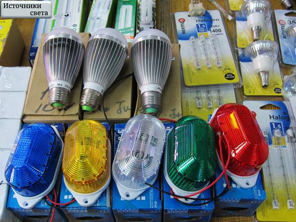Стробоскопы и лапмы на витрине магазина
