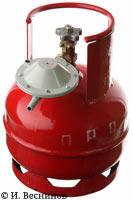 Фотография красного газового баллона с редуктором типа «лягушка»
