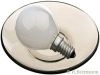 лампочка накаливания на тарелке на белом фоне