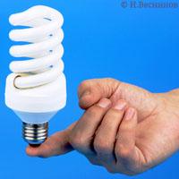 Одна компактная энергосберегающая лампочка стоит на пальце. Автор фото Игорь Веснинов.