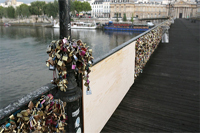 Парижский «мост любви» частично обрушился под тяжестью декоративных замочков