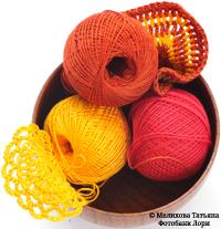 Фотография «Нитки для вязания и салфетка в деревянной чашке». Автор Мелихова Татьяна / Фотобанк Лори